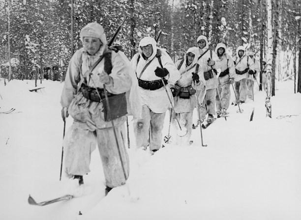 Foto: SVT Bild. Första frontbilderna från Svenska frivilligkåren i Finland i mars 1940 - en patrull ur löjtnant Grafströms jägarkompani.